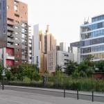 So schön kann Beton sein.  Blick vom Universitätsplatz auf den Jardin Grands Moulins Abbé Pierre und zehn Jahre alte Neubauten im 13. Arrondissement links der Seine.