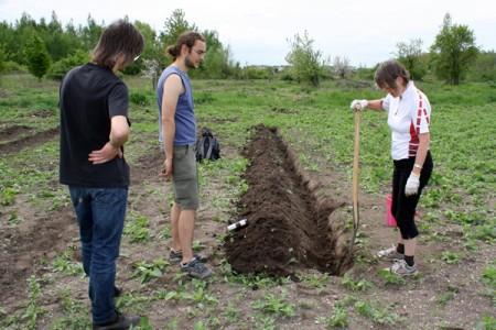 Aktivist_innen der SoLaWi-Initiative GartenWerkStadt Halle e. V. bei der Bodenvorbereitung