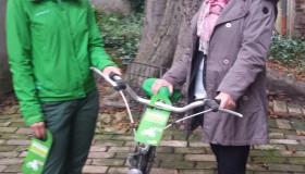 Ein Fahrrad wird gespendet.
