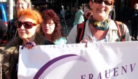 Ilona Janda aus Halle (rechts im Bild) wird dabei sein. Die Basisfrauen aus Halle delegieren sie für die 2. Weltfrauenkonferenz und sammeln Spenden, um für sie und andere Frauen diese Konferenz zu ermöglichen.