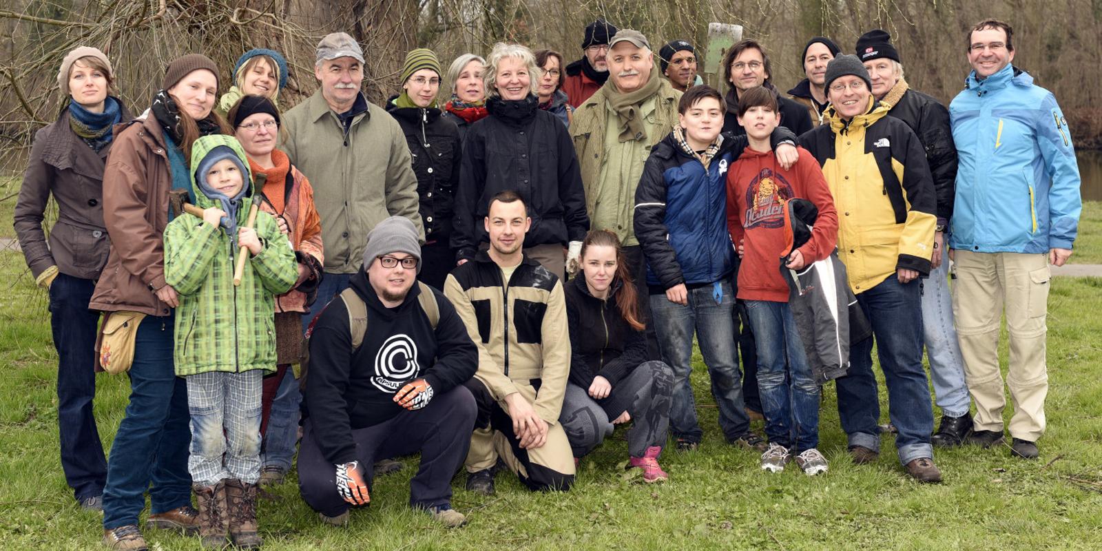 "TeilnehmerInnen an der Aktion ""Bäume pflanzen, statt""abholzen"" am 25. März 2016"