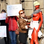 Weltfrauentag in Halle :  Schon Rot vorKälte…