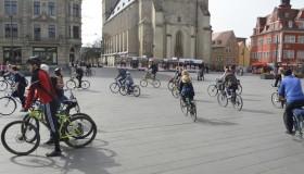 Critical Mass Halle umrundet den Markt