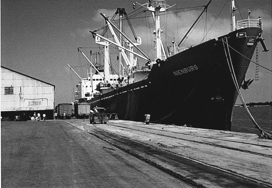 Die MS Nienburg 1977 im Hafen von Cardenas ( Kuba )