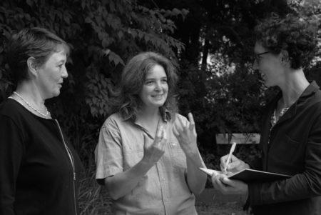 Almuth Strelow und Susanne Holbein vom Bürgerkomitee Kassel im gespräch mit Dr. Tanja Täubner