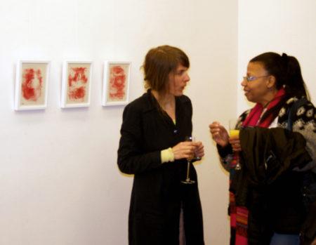 Manuela Henschke (li) im Gespräch mit einer Besucherin