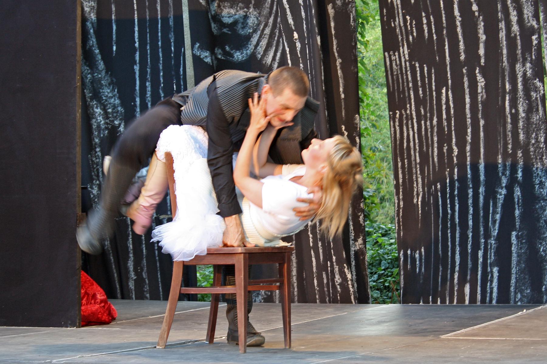 """Szene aus Paare in Zeiten der Hysterie"""" im WuK-Sommertheater 2018"""
