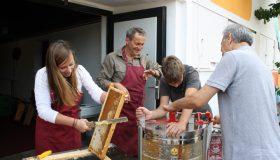 Honigernte im Gemeinschaftsgarten neutopia, Halle-Neutadt