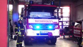 Steffen Neubert vor einem Löschfahrzeug der Feuerwehr Halle