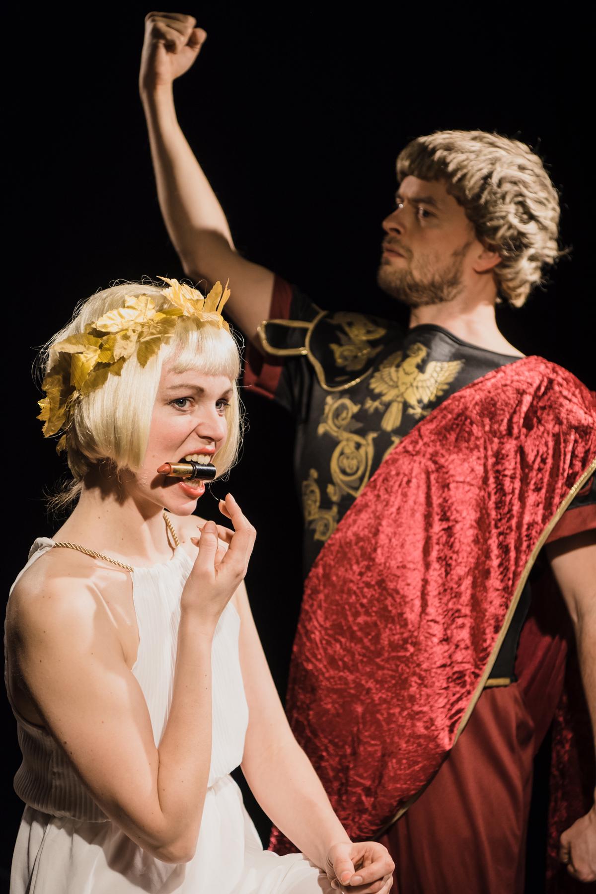 """Jonas Schütte (Caligula) und Jennifer Krannich (Caesonia) in """"Dein Kaiser"""" in der Volksbühne Halle"""