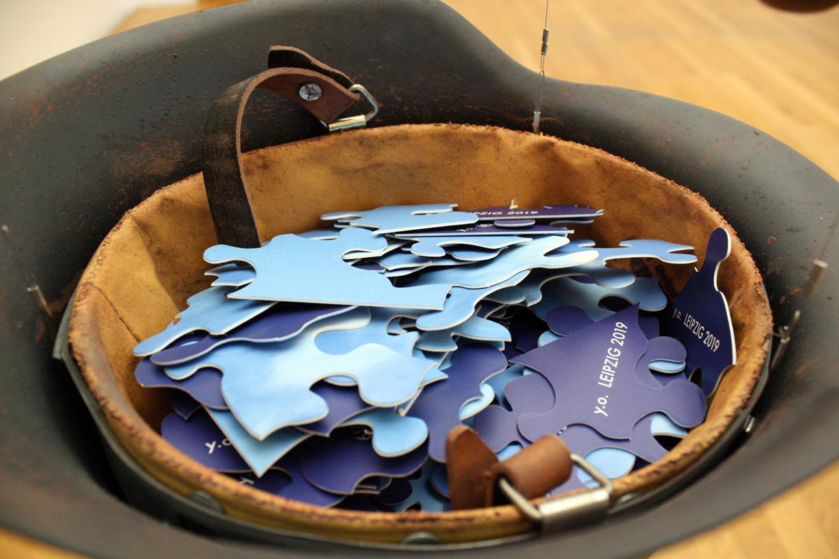 """""""Helmet"""" von Yoko Ono gefüllt mt Puzzlesteinen"""
