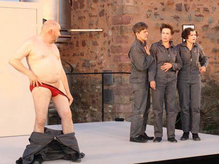 Das Grundgesetz im Sommertheater in Halle, Bühnenszene