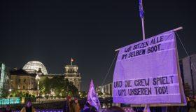 Wir sitzen alle in einem Boot - Blockade der Marshall-Brücke durch Extinction Rebellion in Berlin